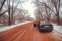 Mężczyzna iść out samochód w zima dniu Zdjęcia Stock