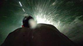 Mężczyzna iść puszek z wodnymi obruszeniami Widok od plecy głowa naprzód Tajlandia zbiory