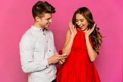 Mężczyzna iść robić małżeństwo propozyci jego dziewczyna obrazy stock
