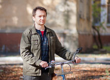 Mężczyzna i bicykl Fotografia Stock