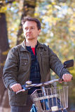 Mężczyzna i bicykl Zdjęcie Stock