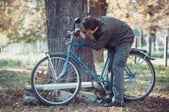 Mężczyzna i bicykl Zdjęcia Stock