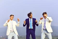 Mężczyzna i bliźniaków faceci tanczy na niebieskim niebie, korporacyjny przyjęcie fotografia stock
