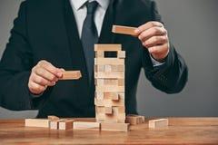 Mężczyzna i drewniani sześciany na stole Zarządzania pojęcie obrazy royalty free