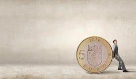 Mężczyzna i duża moneta Fotografia Royalty Free