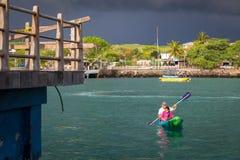 Mężczyzna i dziecka morze kayaking w Galapagos wyspach Obrazy Stock