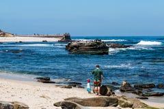 Mężczyzna i dziecko na Plażowym Pobliskim losu angeles Jolla dzieci ` s basenie Zdjęcie Royalty Free