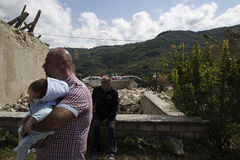 Mężczyzna i dziecko przegląda trzęsienie ziemi szkodę, Pescara Del Tronto, Ascoli Piceno, Włochy Zdjęcia Royalty Free