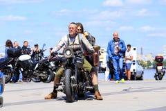 Mężczyzna i dziewczyna siedzimy na retro motocyklu Motocykliści na pięknych drogich motocyklach otwierają sezon zdjęcia stock
