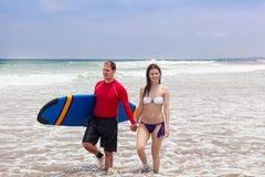 Mężczyzna i dziewczyna z surfboard fotografia royalty free