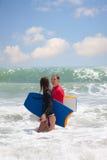 Mężczyzna i dziewczyna z surfboard obrazy stock