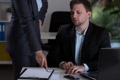 Mężczyzna i jego szef przy pracą Zdjęcia Royalty Free