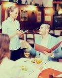 Mężczyzna i jego znaczący inny w restauraci Obraz Royalty Free