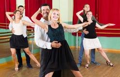 Mężczyzna i kobiet cieszyć się tango w klasie zdjęcie stock