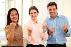Mężczyzna i kobiet koledzy świętuje ich zwycięstwo fotografia royalty free