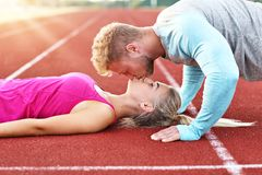 Mężczyzna i kobieta ściga się na plenerowym śladzie Zdjęcia Stock