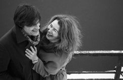Mężczyzna i kobieta śmia się wpólnie, dzień, plenerowy Fotografia Stock