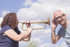Mężczyzna i kobieta bawić się trąbkę Obraz Royalty Free