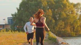Mężczyzna i kobieta biegamy w kierunku each inny i klaśnięć ich ręki zbiory
