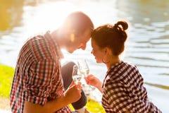 Mężczyzna i kobieta brzęczy win szkła z szampanem Obraz Royalty Free