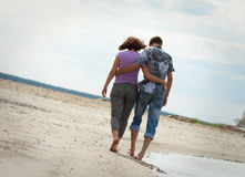 Mężczyzna i kobieta chodzimy blisko morza Fotografia Royalty Free