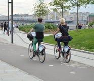Mężczyzna i kobieta dzierżawiący jechać na rowerze dla gawędzić i Jeździć na rowerze w mieście Obraz Royalty Free