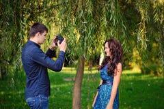 Mężczyzna i kobieta fotografujący w parku Fotografia Royalty Free