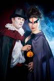 Mężczyzna i kobieta jest ubranym jako wampir i czarownica. Halloween obrazy stock