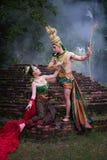 Mężczyzna i kobieta jest ubranym typową tajlandzką suknię z tajlandzkim stylem, piękno obraz royalty free
