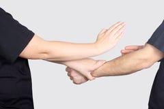 Mężczyzna i kobieta jesteśmy stażowymi technikami Skrzydłowy Chun Kung Fu Obrazy Royalty Free