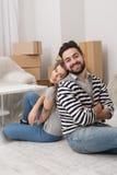 Mężczyzna i kobieta męczyliśmy po tym jak przygotowywający przeniesienie niedawno kupujący mieszkanie Fotografia Stock