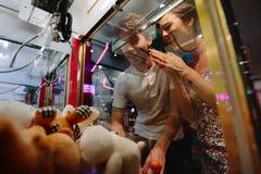 Mężczyzna i kobieta ma zabawę przy hazard arkadą fotografia royalty free