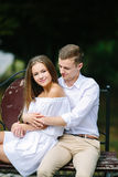 Mężczyzna i kobieta na ławce w parku obraz stock
