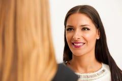 Mężczyzna i kobieta na biznesowym spotkaniu, siedzi w biurze, dysk Zdjęcie Royalty Free