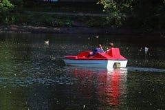 Mężczyzna i kobieta na czerwonym catamaran zdjęcia royalty free