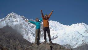 Mężczyzna i kobieta na górze góry zdjęcie wideo