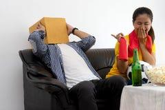 Mężczyzna i kobieta oglądamy Futbolowego dopasowanie na tv Zdjęcie Stock