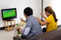 Mężczyzna i kobieta oglądamy Futbolowego dopasowanie na tv Fotografia Royalty Free