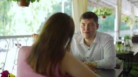 Mężczyzna i kobieta Opowiada na lato tarasie zbiory wideo