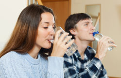 Mężczyzna i kobieta pije czystą wodę Zdjęcia Stock