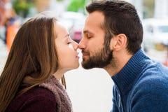 Mężczyzna i kobieta pije herbaty lub kawy piknik Napój ciepły w chłodno pogodzie Szczęśliwa para z filiżankami w jesień parku chł Zdjęcia Stock