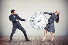 Mężczyzna i kobieta próbujemy zwalniać puszek czas Obraz Stock