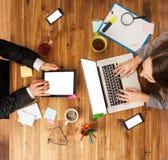 Mężczyzna i kobieta pracuje na laptopach Obraz Royalty Free