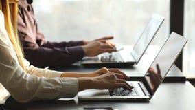 Mężczyzna i kobieta pracuje przy komputerem w centrum liczba zdjęcie wideo