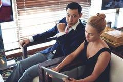 Mężczyzna i kobieta przedsiębiorcy przygotowywa dla informować Obrazy Stock