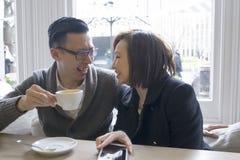 Mężczyzna i kobieta przy kawiarnią Obraz Royalty Free