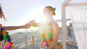 Mężczyzna i kobieta przy plaży przyjęciem przy egzotycznym kurortem, miesięcy miodowych potomstwa dobieramy się na tropikalnej wy zbiory wideo