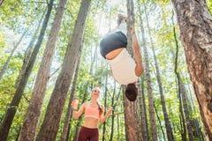 Mężczyzna i kobieta robi czynnościowej sprawności fizycznej w plenerowym gym fotografia royalty free