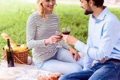 Mężczyzna i kobieta robi pinkinowi na świętowaniu Fotografia Stock