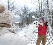 Mężczyzna i kobieta robi snowball walce Zdjęcie Royalty Free